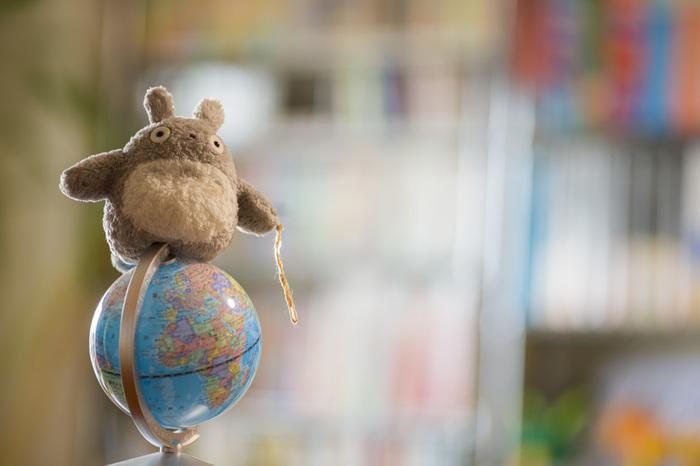 小さめのぬいぐるみなら、こんな風にお部屋のどこでも飾れちゃいますね。今日は、地球儀の上から家族を見守っています♪