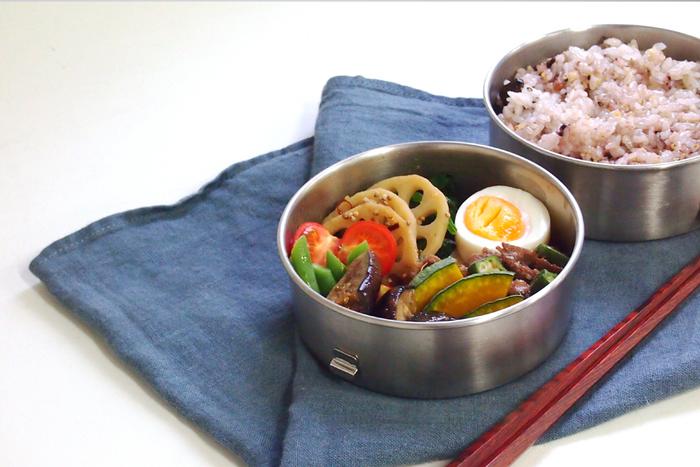 丸型2段のお弁当箱は、ボリュームたっぷり。パチンと締められるので、安定性もあります。
