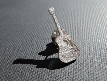 銀色のギターのピンブローチはジャケットやシャツのラベルにさりげなく着けるとオシャレ。自分で使っても、ギタリストさんへのプレゼントにも最適♪