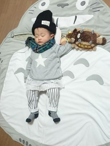 赤ちゃんのお昼寝マットがトトロに!!まるでメイのように、トトロの大きなおなかの上で寝てるみたいで可愛い。