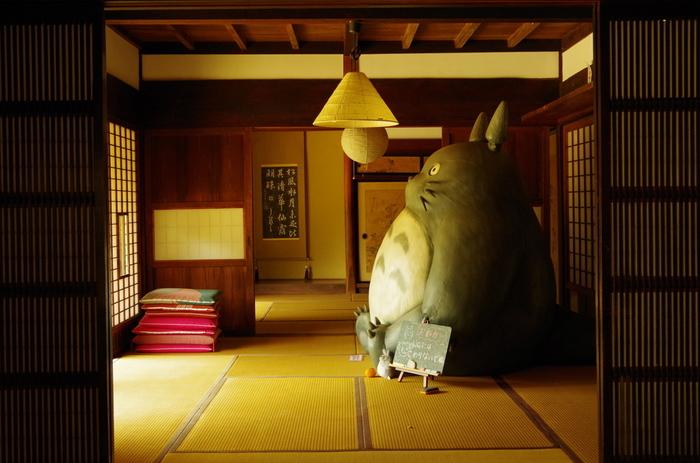 """""""トトロのふるさと基金""""の活動拠点である「クロスケの家」。埼玉県所沢市三ヶ島、約900坪の敷地にある築百年を超える古民家です。その母屋の中には、どーんと大きなトトロが!!隣に座って、ぼんやり外を眺めていたくなります。"""