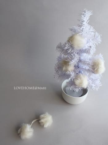 作り方も簡単♪ファーをゴムから外し、接着剤を使用してクリスマスツリーにバランス良く配置するだけ。