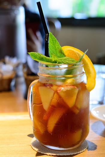 暑い季節はアイスがおすすめ。紅茶と少し潰したフルーツを一緒に蒸らして、氷の入ったグラスへ。冷凍フルーツをトッピングしても良いですね。