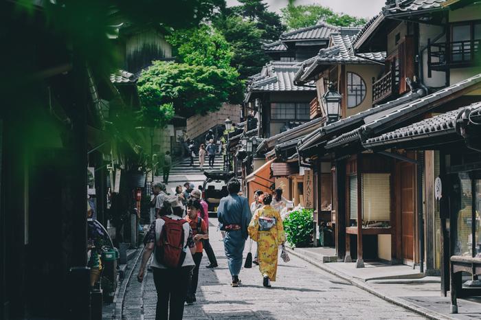 【京らしい町並みが続く「二寧坂」。京町家が軒を連ねる石畳の路地は、京都らしさを味わえる絶好の観光スポット。】