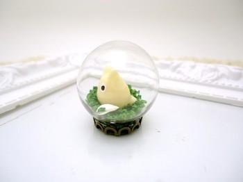 小さなガラス玉の中には、小トトロが!逃げないように大切に閉じ込めた雰囲気がなんとも可愛らしいですね♪