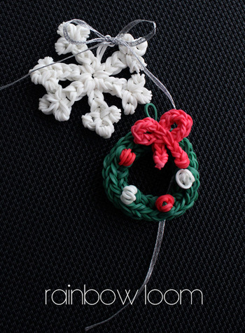 例えばこんなに可愛らしい、雪の結晶とミニリースのオーナメントはいかがでしょうか。ミニクリスマスツリーに飾る他にも、クリスマスプレゼントのラッピングに使用すれば、オリジナルの素敵なプレゼントに仕上がりそう。