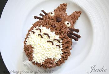 トトロのもこもこ感を、生クリームのデコレーションで再現したケーキ。難しそうに見えますが、実は市販のロールケーキを使った簡単レシピです。ぜひ試してみてくださいね。