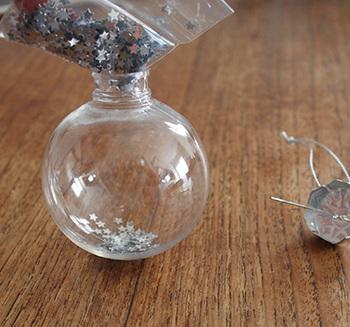 作り方はとっても簡単、クリアボールの中に、気に入った形や色のデコパーツを入れるだけ。