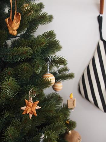 同じく、ウッド調の飾りを組み合わせれば色合いもシンプルだけど、あたたかみのある、昼間でもホッとするような素敵なツリーに。