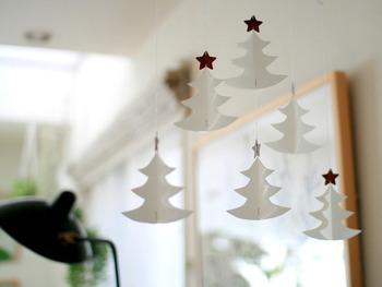 クリスマスツリーを飾るのは大変だけど、クリスマスの雰囲気を部屋に出したい!そんな方は、ホワイトのツリーと木目調の星で作ったモビールでクリスマスツリー自体をオーナメントにすれば、場所を取らずに部屋全体がこんなにキュートに和んでくれます。