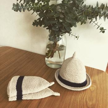 コットン100%の毛糸で麦わら帽子風につくられたどんぐり帽子は、チクチクしないのでベビーにも。ツバ付きなので日よけにもなりますね。