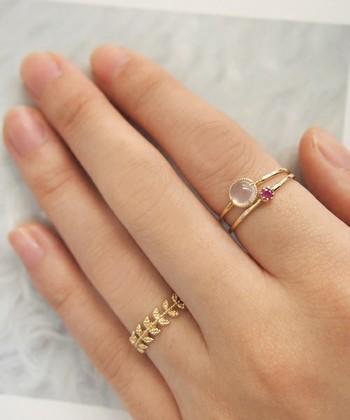 大きさの違う天然石の指輪を重ねて。 石の大きさを変えるとバランスも良くなり、人差し指にも指輪をプラスすればこんなにかわいく。