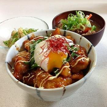 「照り焼きチキン丼温玉のっけ!」  照り照りのチキン丼に、とろりと黄身が流れでる温玉をプラス。見た目にも食欲をそそられるレシピです。