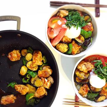 「がっつり夏飯‼︎夏野菜丼」  ピーマンやナスなどの夏野菜を使って。野菜たっぷりで栄養も豊富な丼です。