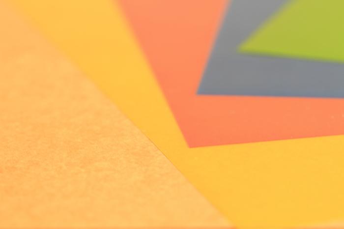 切り絵用の色紙と下絵用の白い紙を用意します。切り絵にする紙は画用紙(少し厚めのタント紙)や和紙など種類は様々ですが、濃い色を選ぶのが基本です。その理由は白など淡い色を背景にすることが多いから。反対に背景が濃い色の場合は淡い色を選びましょう。背景色と切り絵とのコントラストを楽しむ切り絵ならではの理由です。下絵用の白い紙はコピー用紙でOK。