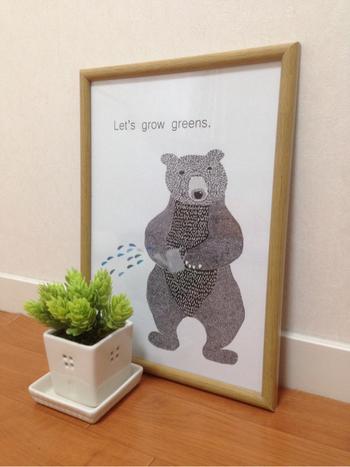 お水をあげるクマさんのポスターの前に、リアルなグリーンを置けば、ダイナミックなインテリアに。思わずほっこりとして、笑顔になってしまいますね。
