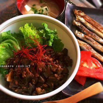 「簡単/節約☆なすとひき肉の甘辛味噌丼」  ナスとひき肉を使った節約どんぶり。お給料日前に食べたくなるレシピです。