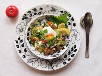 「アボカドとサーモンの温玉のっけ丼」  暑くてキッチンで火を使いたくない日に、材料をカットしてご飯に載せるだけ。簡単便利な丼の完成です。