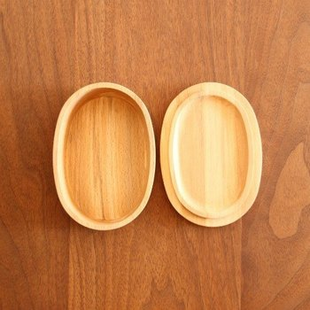 日本を代表する樹木「ブナ」もお弁当箱に適しています。「ビーチ」とも呼ばれ、北欧家具などにも使われているので、耳にしたことがある方もいらっしゃるのではないでしょうか?  木目がまっすぐな点も魅力の一つです。木のお弁当箱は、一つひとつ木目が違って味わい深いものです。ぜひ、お気に入りの品を見つけたいですね。