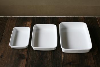 白い光沢が美しい琺瑯は、清潔感がありお弁当箱におすすめです。シンプルなデザインのものが多いので、和食・洋食・パンなど様々なお弁当箱に合います。  保存容器として使われることが多いイメージですが、使いやすいデザインがお弁当箱にも適していると、おしゃれな女性の間で人気なんですよ。
