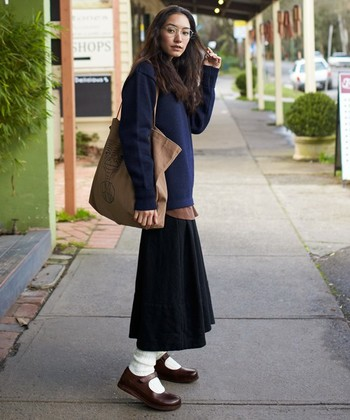 カラーのニュアンスを揃えた秋色コーデ。足元はかわいい「ジューン」に、白ソックスでヌケ感アップ。