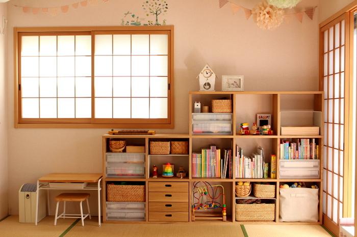 無印スタッキングシェルフで子供部屋の収納を。お子さんの成長に合わせて棚を増やしたり、高さを変えたり、使い道は無限大。