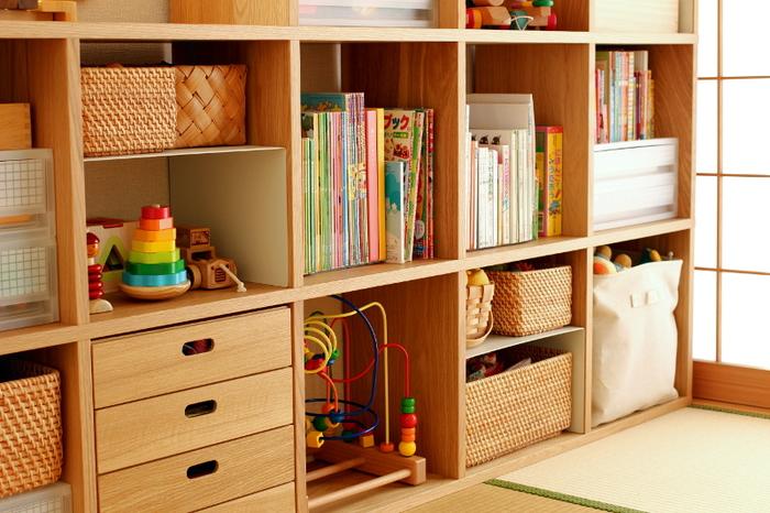 おもちゃなど重さのあるものは一番下の段に収納しておくと安全。絵本は小さなお子さんの目線に合わせて中段に収納すると実用的です。
