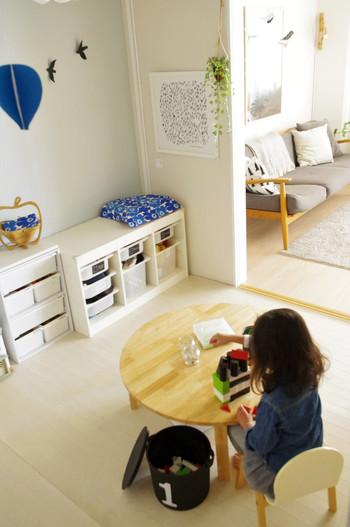小さなお子さんの場合はリビングの隣にキッズスペースをつくって、いつでも目が届くようにしておくと安心ですよね。