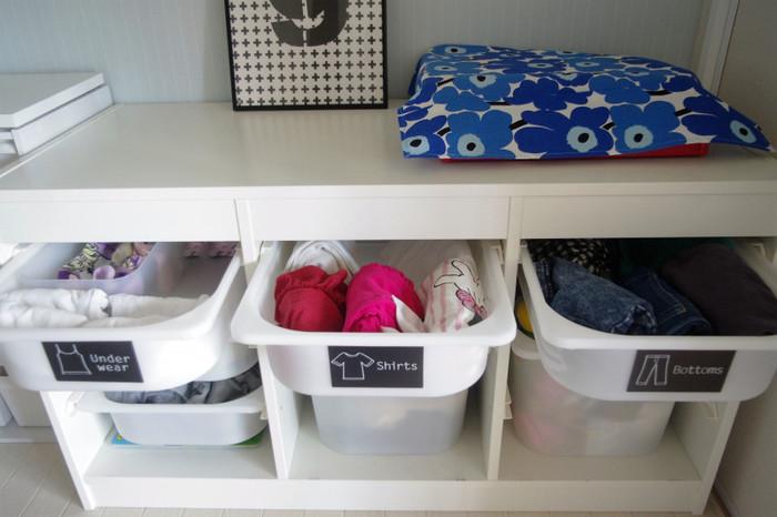 お子さんの衣類はIKEAのトロファストに収納。キャンドゥで買った衣類分類ステッカーを使って「肌着・靴下」「トップス」「ボトムス」と種類ごとに引き出しを分けて収納。左から順に取っていけば着替えが完了するしくみになっているそうです。
