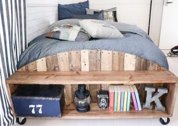 ベッドの足元部分にDIYでフットボードを設置。お気に入りの雑貨をディスプレイしながら収納できます。