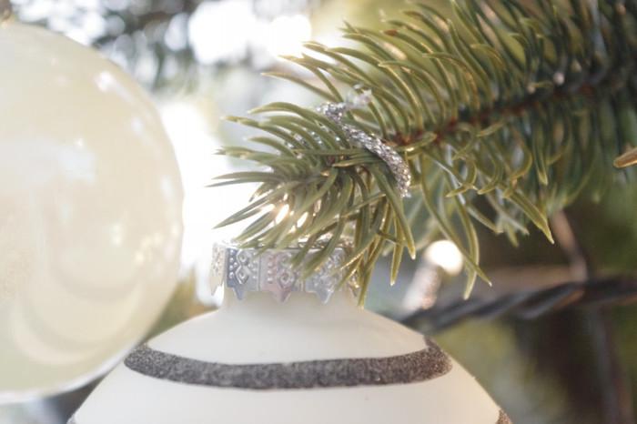 オーナメントのヒモをツリーの枝にグルグルと巻き付けて飾ってみましょう。