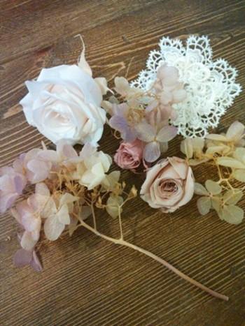 1.造花を好きなように切ったらレイアウトを考えます。茎の部分はいらないのでチョキンと。