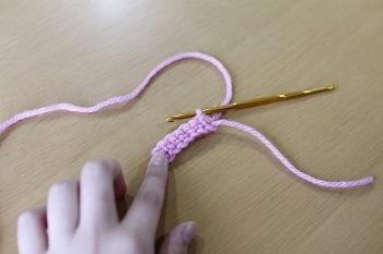 ⑤一段目が完成したら、画像のように編地をひっくり返して、立ち上がりの一目を編み、1段目同様に繰り返していきます。