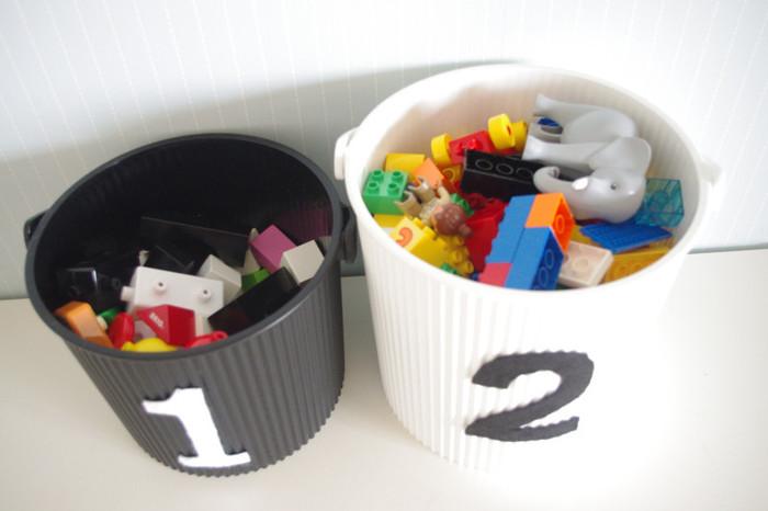 ブロックなど細々したものはバケツに収納。フタもできるし、取っ手が付いているから持ち運びがラクです。