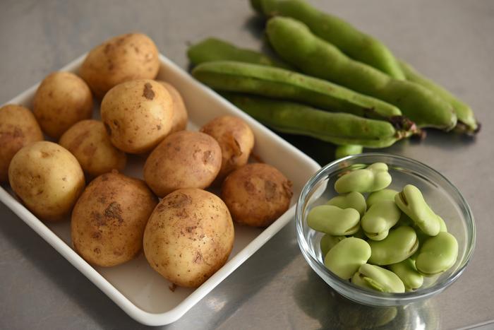 春に獲れる新じゃがは、皮が薄くそのまま食べられるのが手軽で嬉しい食材。今回のレシピでは小ぶりなものがおすすめ。そら豆は鮮度が保たれる、さや付きのものを選びましょう。