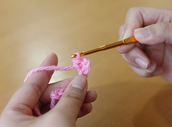 """⑤これで""""細編み""""が一目完成です。後は裏山を一つ一つ飛ばさないように拾いながら""""細編み""""を繰り返して1段完成です。"""