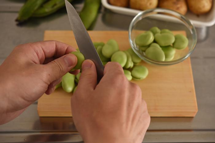 旬の食材「そら豆」も塩ゆでするだけの簡単調理ですが、下ごしらえにちょっとしたコツが。さやから実を取り出したら、黒い部分と反対側に浅く切り込みを入れておきます。このひと手間で塩味が馴染みやすくなり、ゆでた後に薄皮が剥きやすくなります。