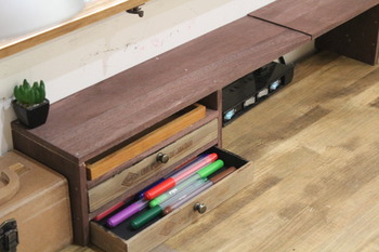 こちらは、セリアの木箱で机上の小物入れをDIYしたそうです。アンティークな風合いがステキですね。