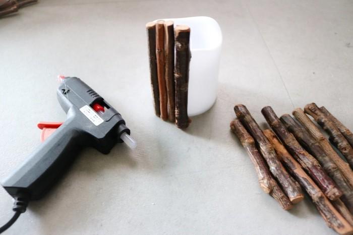 1.グル―ガンで流木を写真のようにキャンドルライトにくっつけていきます。