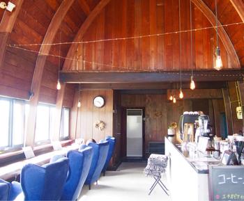 のどかな田園風景の中にたたずむカフェ「チルアウト スタイル コーヒー(CHILLOUT STYLE COFFEE) 」。ドアを開けると予想に反して店内はシンプルシックな、非常に落ち着いた空間がひろがります。