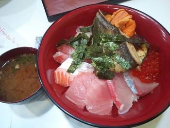 こちらは、海鮮で有名な「黒門三平」。海鮮丼やマグロのお寿司なども人気があります。新鮮な魚介がずらりと並び、ついつい立ち寄ってみたくなるお店です。