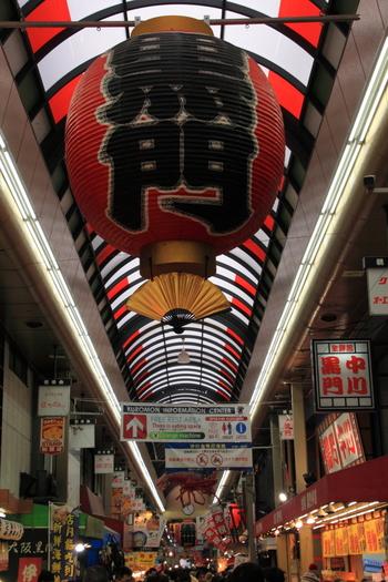 大阪ミナミの台所「黒門市場」。大阪のおいしいものが集結する場所として、日本はもちろん、海外からの観光客も数多く訪れます。お食事や食べ歩きがぜひおすすめ!