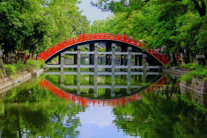 住吉大社といえば、この反り橋。太鼓橋とも呼ばれます。夜はライトアップされ、関西夜景100選にも選ばれています。朱色の橋が水に映り込むさまがきれいですね。