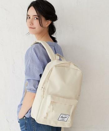 何かと荷物の多い女子にも「harschel supply」はぴったり。 カジュアルだけど上質感、きちんと感があるので、通勤用バッグとしても使えます。