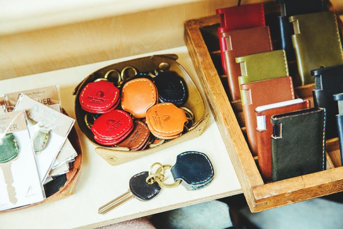 ちょっと珍しい「500円玉が入るキーホルダー」。開くとポケットが2つありそれぞれに一枚ずつ収納できます