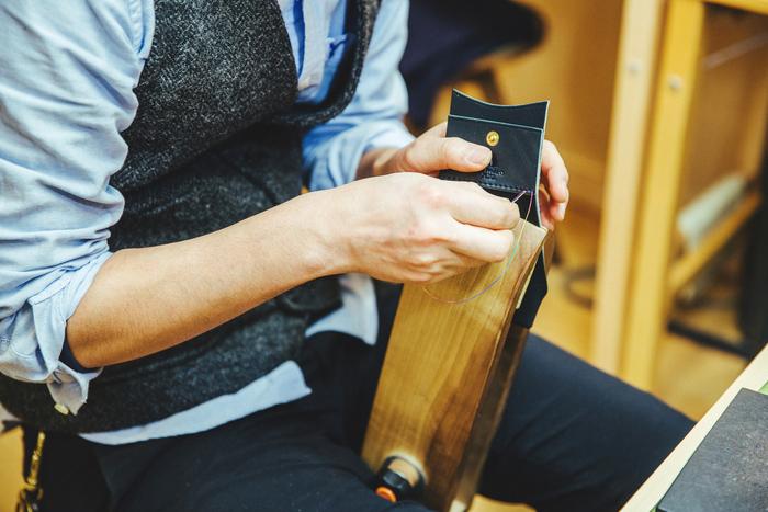 手縫いとは思えない精密な縫い目。佐藤さんの魂が特に込められる作業です
