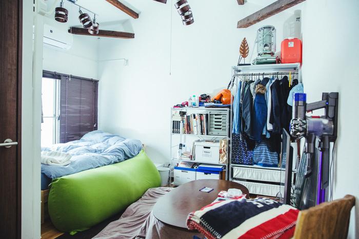 二階の寝室。インテリアはシンプルなものが好きで、家具はほぼ「無印良品」で購入したもの