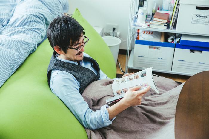 身体にフィットするソファにこたつ。一度ここに座ったら、起きあがれる気がしません……