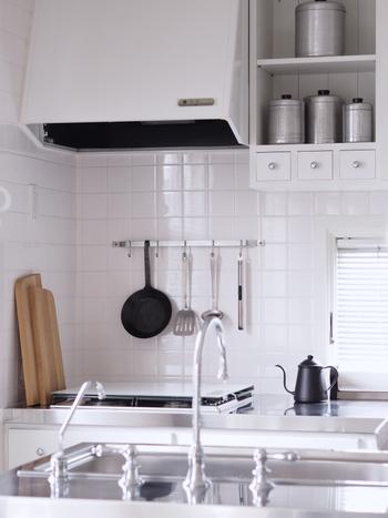 白のタイルを、キッチンカウンターに。白のタイルは清潔感があるので、キッチンにお勧めです。