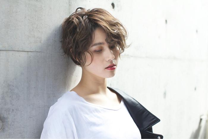 前髪が長めのショートもゆるふわ巻きを取り入れれば、大人ナチュラルな仕上がりに。